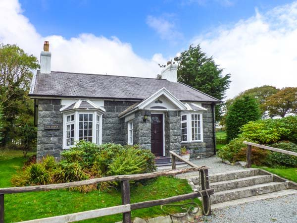 HUNTING LODGE, pet-friendly, character holiday cottage, with a garden in Talhenbont Hall Country Estate, Ref 381 - Image 1 - Chwilog - rentals