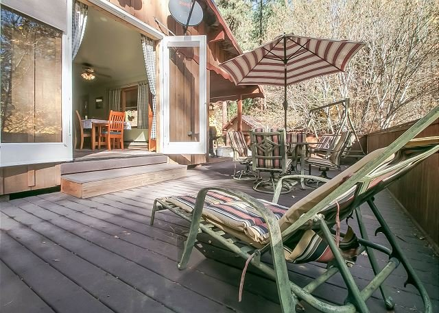 Open deck w/outdoor furniture - Bear Paw~A Cozy 2 bedroom, hot tub, 5 minute drive to Village of Leavenworth - Leavenworth - rentals