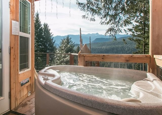 Private covered hot tub - Cozy Couple's Retreat at the Das Tree Haus 25 mins from Leavenworth Village. - Leavenworth - rentals