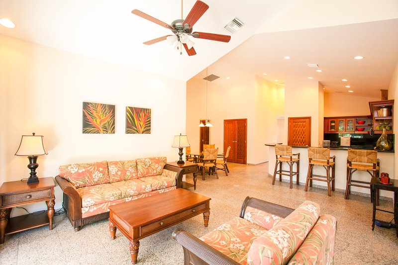 The sitting area provides additional relaxing area - Lawson Rock - Parrotfish 303 - Roatan - rentals