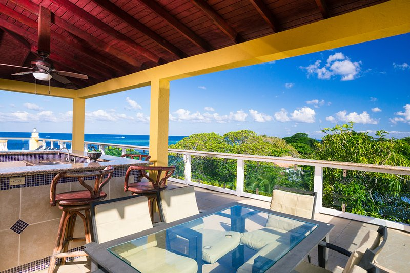 Rooftop patio with pool, BBQ and dining area - Villa Del Playa Penthouse #6 - Roatan - rentals