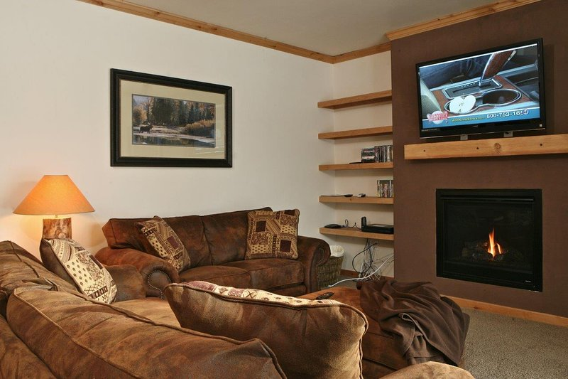 Warm and inviting living area - Trailhead Lodges 512 - Winter Park - rentals