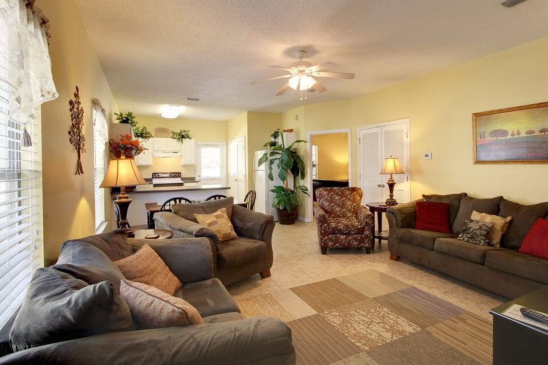 Plenty of seating for you and your guests. - Piper's Cove (4300 A) - Orange Beach - rentals