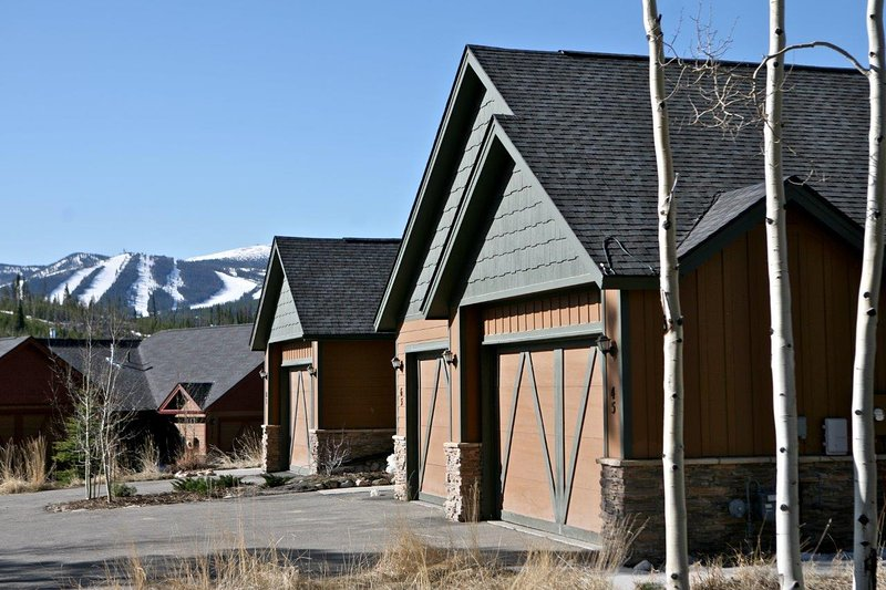 Exterior of Reunion Court with snow covered slopes in the distance - Rendezvous Reunion Court - Fraser - rentals