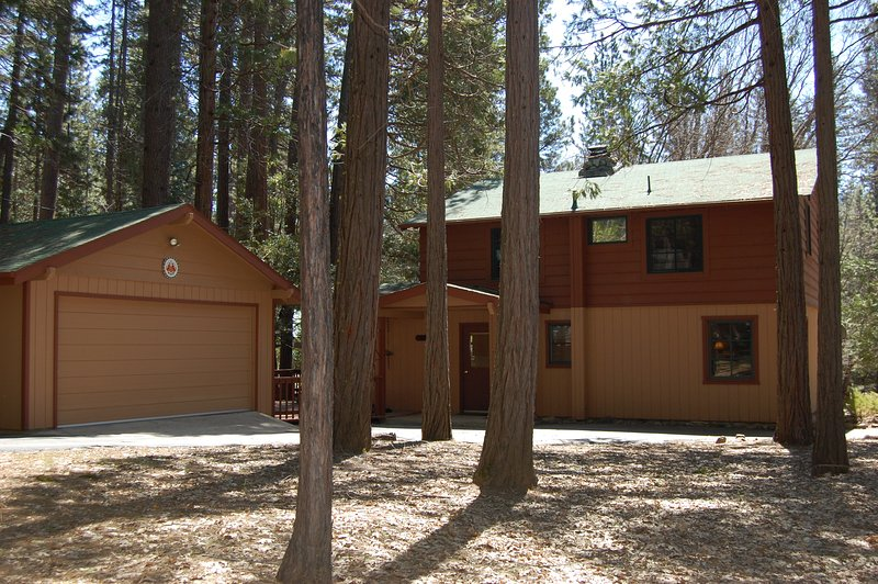 View of cabin with 1/2 circle driveway - (4N) The Bassett's Cabin - Wawona - rentals