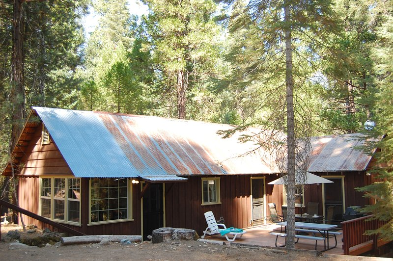 Front view of cabin, very peaceful and quiet location - (6S) Fretz's Den - Wawona - rentals