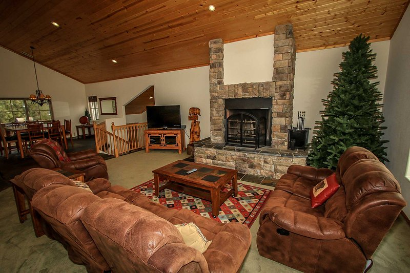 Living Room Furnishings - Austin's Mountain Retreat~Game Room~New Appliances~Jetted Jacuzzi Tub~Garage~ - Big Bear City - rentals