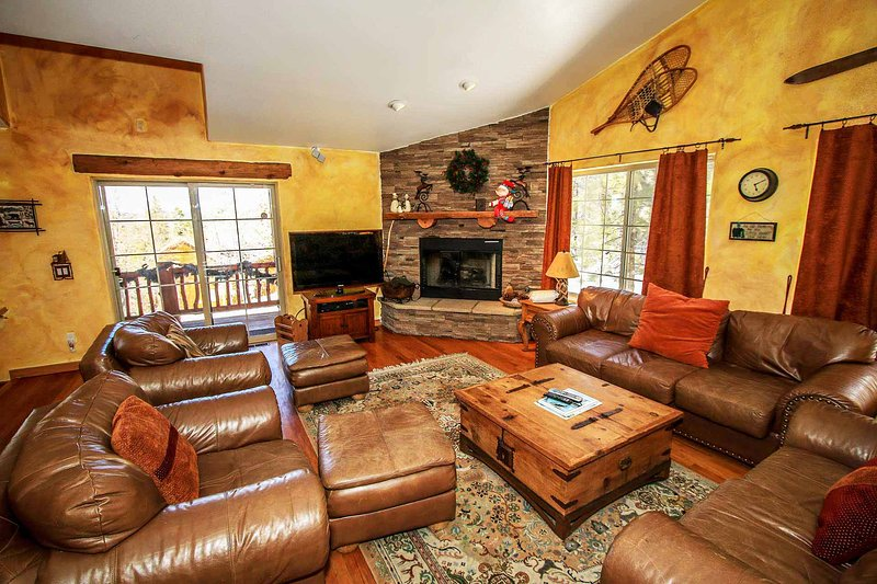 Living Room Furnishings - Bear Creek Lodge~Mountain Chalet~Pool Table~Outdoor Spa~Snow Play Hill On Site~ - Big Bear City - rentals