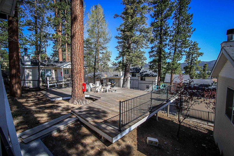 Common Deck Area with Charcoal BBQ's! - Lakeview Lodge Jetted Tub Lodge Unit~Kitchenette & Fireplace~Walk To Town~ - Big Bear Lake - rentals