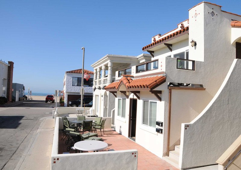 Patio showing view to the beach - 111 A 35th Street - Newport Beach - rentals