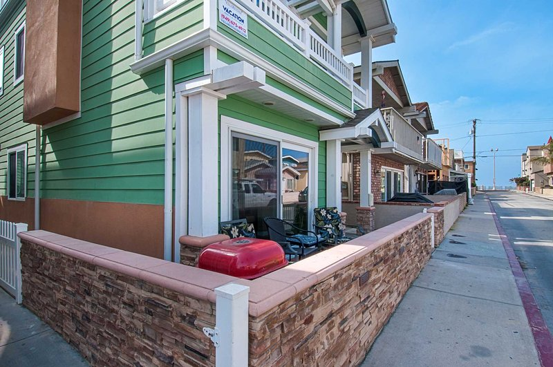 Patio showing distance to the beach - 120 A 24th Street - Newport Beach - rentals
