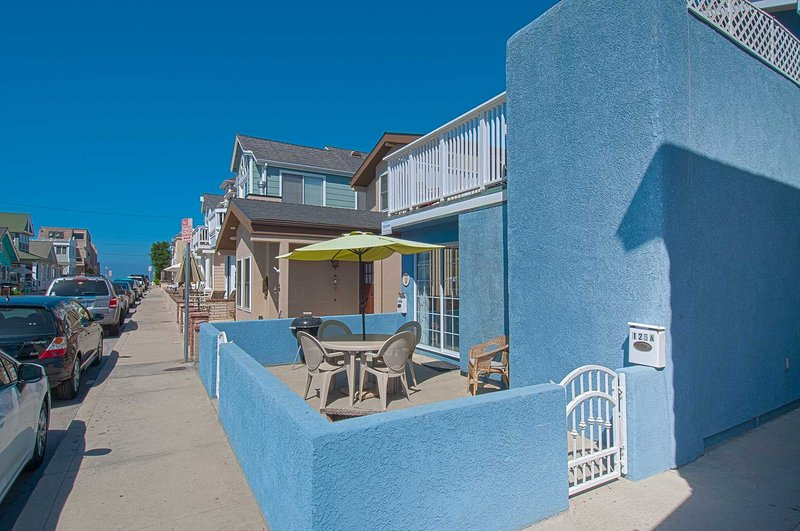 Patio showing distance to the beach - 125 A 27th Street - Newport Beach - rentals