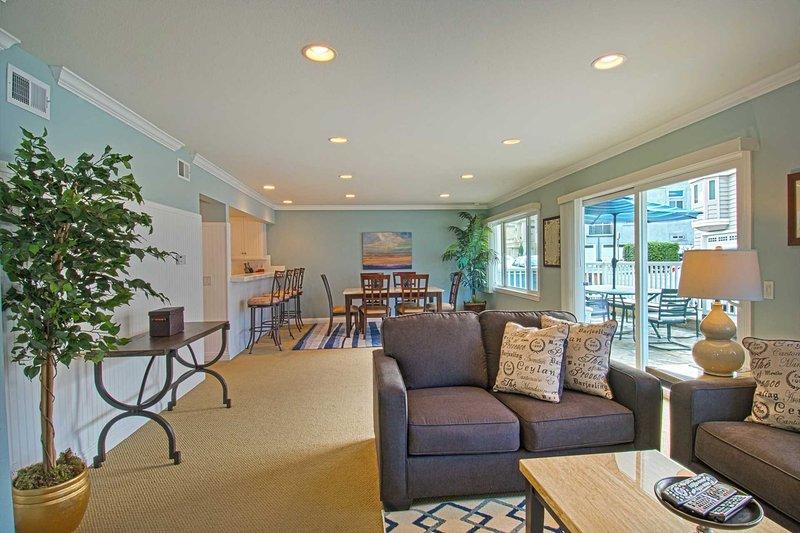 Living Room and Dining Area - 4710 A Seashore - Newport Beach - rentals