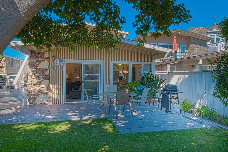 Shaded patio with gras and nice outside eating area - 4814 A Neptune - Newport Beach - rentals