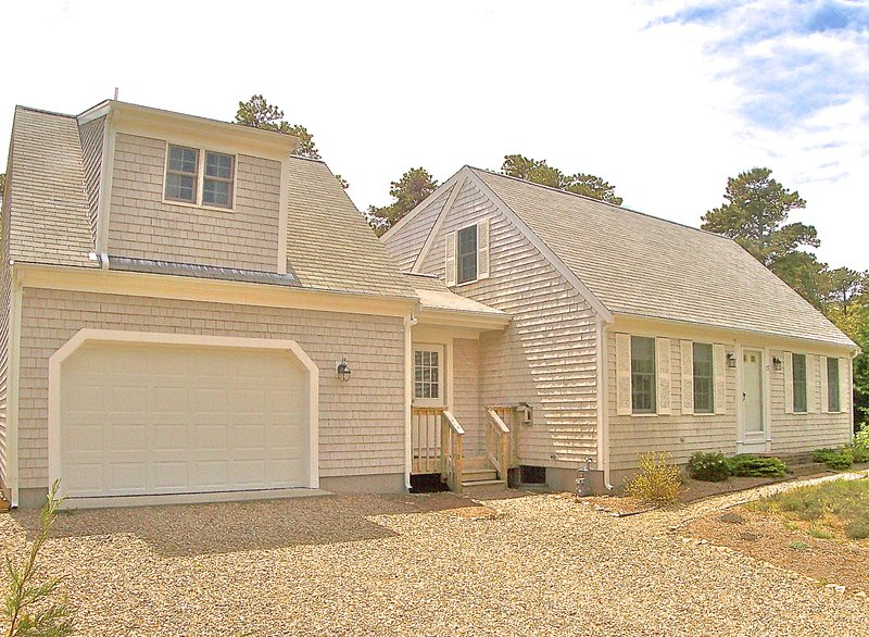 This expanded Cape offers 4 bedrooms including the in-law suite above the garage with kitchenette and full bath - Eastham home ideal for multiple families: 015-E - Eastham - rentals