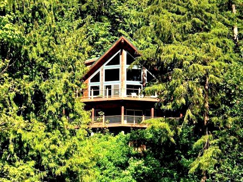 07MF Spectacular Lakefront Chalet with a Private Hot Tub - Image 1 - Maple Falls - rentals