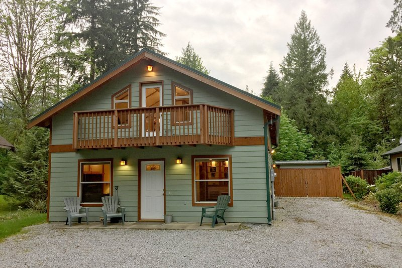 Front of the house - 59MBR Pet Friendly Cabin with a Private Hot Tub - Glacier - rentals