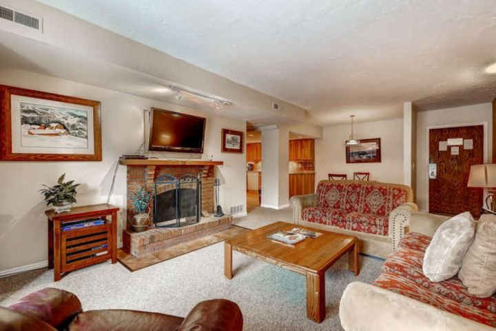 Main Street Park Station condo with large flatscreen HDTV, wood burring fireplace, spacious & comfortable seating in the living room. - Main Street Park Station - Park City - rentals
