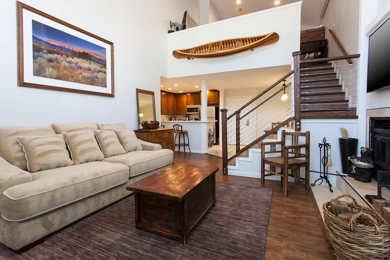 Living Room- Quuen Sleeper Sofa/ HD Flat Screen TV - Summit G-80 - Mammoth Lakes - rentals