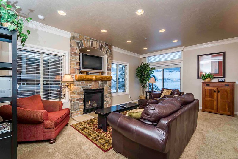 Large Living area/gas fireplace/tv - Unit 43 | 4 Bed - Huntsville - rentals