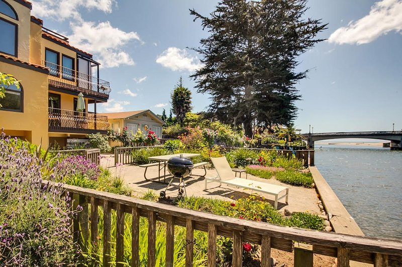 Enjoy the riverside picnic area in front of this beach house. - Riverview Condo in Capitola - Capitola - rentals