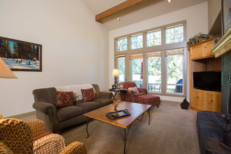 Luxury Living Room that opens to Dining Room and Kitchen. - Widgi Creek #15 - Bend - rentals