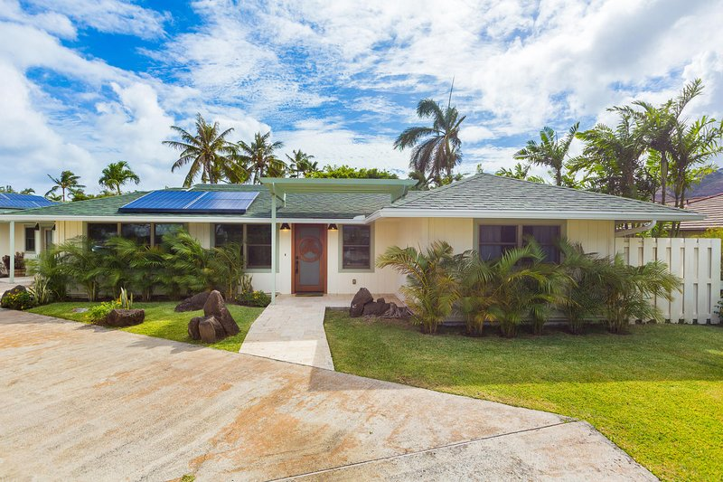 Welcome to Hale Niuiki! This newly remodeled ranch style home has four bedrooms and bathrooms. With an open floorpan living room, dining room and kitchen there is plenty of space for the whole family (or two) to spend quality time together. - Hale Niuiki - Honolulu - rentals