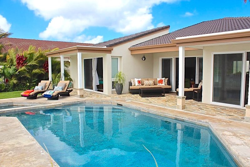 Relaxing water front back yard, with mountain views, pool, jacuzzi, and outdoor dining space! - Optional child safety fence to be installed! Ask us for details. - Lani Wai - Honolulu - rentals