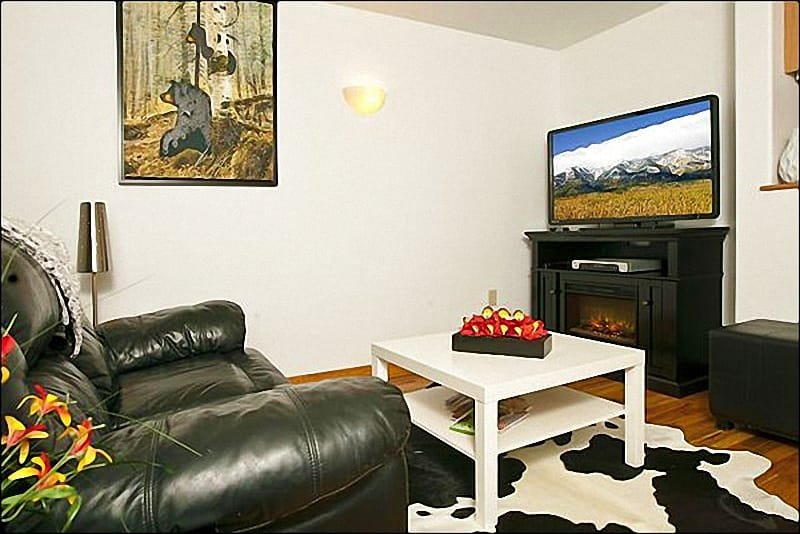 Living Room Boasts Western Decor and a Flat-Screen TV - Great Location on Flat Creek - Perfect for a Romantic Getaway (6957) - Jackson Hole Area - rentals