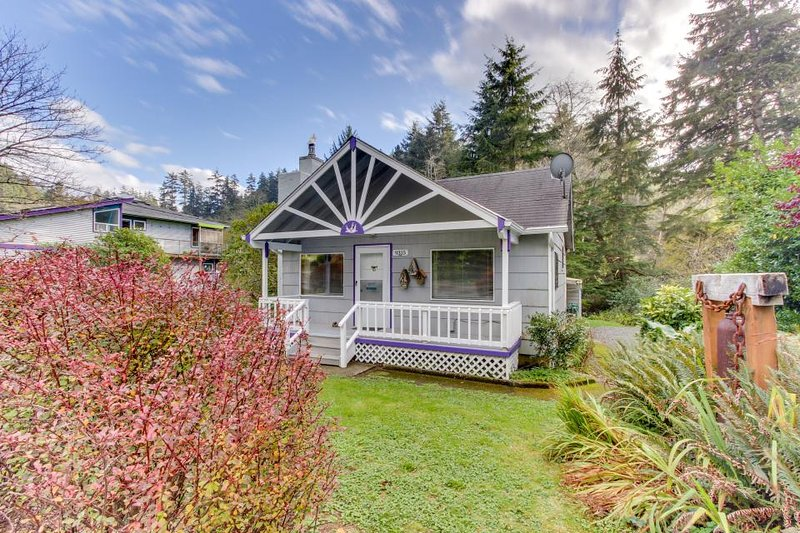 Have a blast at this dog-friendly home--private hot tub included! - Image 1 - Manzanita - rentals