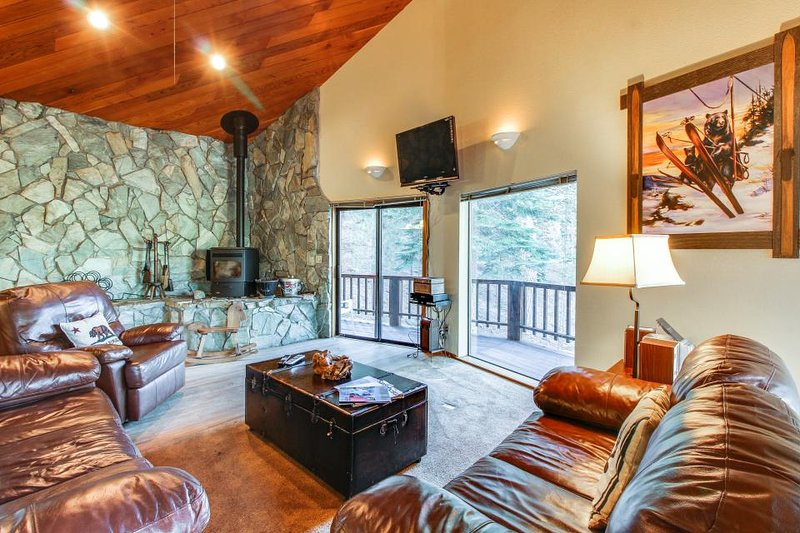 Cozy mountain retreat w/ gorgeous views, shared hot tub & pool, great location! - Image 1 - Truckee - rentals