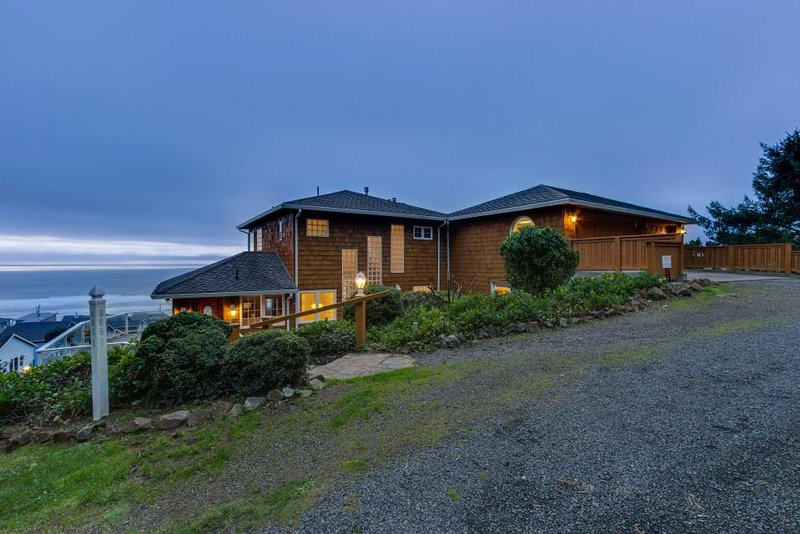 Luxurious dog-friendly home with hot tub and incredible ocean views - Image 1 - Lincoln City - rentals