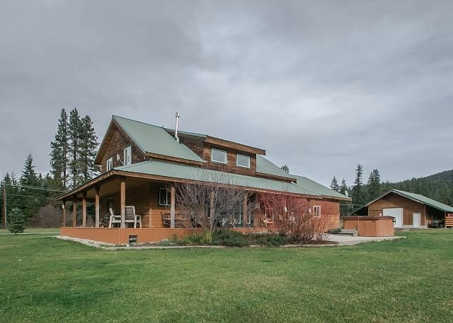 Fabulous wrap around porch with plenty of seating and a propane BBQ - 20 min to Leavenworth. 34 min to Stevens Pass. Sleeps to 12. - Leavenworth - rentals