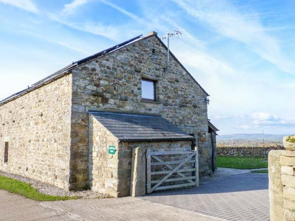 INGLEBOROUGH BARN  barn conversion, spacious, hot tub, WiFi, enclosed garden, walks form doorstep in High Bentham Ref 914896 - Image 1 - High Bentham - rentals
