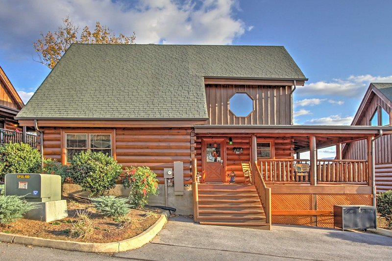 """Welcome to Cubbie's Cabin! - """"Cubbie's Cabin"""" Luxurious 2BR Sevierville Cabin w/Wraparound Porch! Come Experience the Great Smoky Mountains - Sevierville - rentals"""