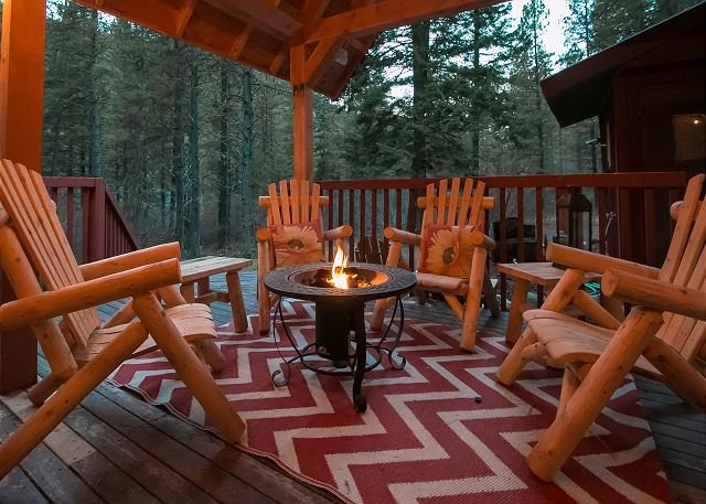 Covered outdoor area with propane firepit - Merry Cabin, privacy in the woods, hot tub, Wi-Fi, 10 mins from town - Leavenworth - rentals