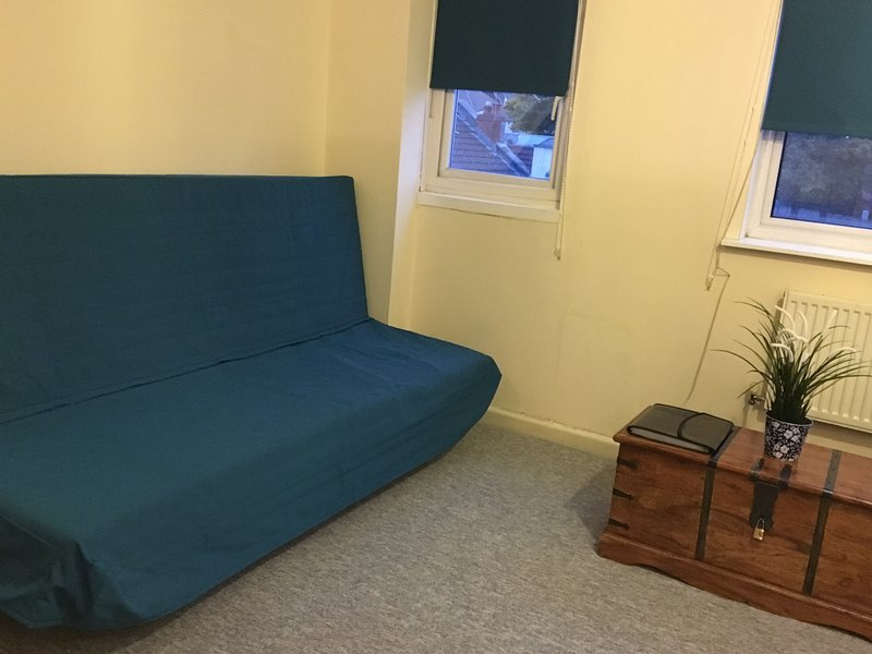 Left hand view of open plan Living space - Close to City Centre, Free NOW TV+, Washer Dryer - Bristol - rentals