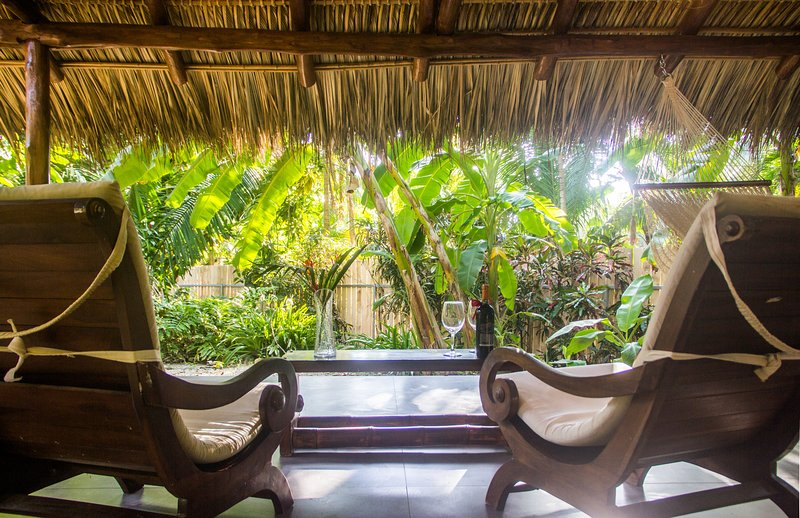 Enjoy the quiet - Honeymoon Bungalow in Banana Beach -- King-Sized Canopy Bed, Terrace, Pool, A/C - Santa Teresa - rentals
