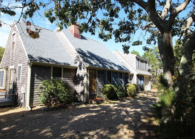 KATAMA CAPE WITH A WONDERFUL SUNNY DECK FOR RELAXING AND BBQ'S - Image 1 - Edgartown - rentals