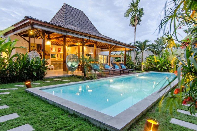 Villa exterior. Swimming pool, living area and kitchen - Best Holiday Villa Family & Friends 300m from EATSTREET - Seminyak - rentals