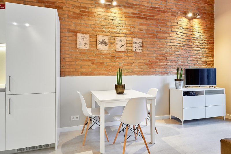 Living Room with extensible dining table - Marina Vintage Apartment with balcony (3BR) - 15% DISCOUNTED PRICE: WINTER STAY PROMO - Barcelona - rentals