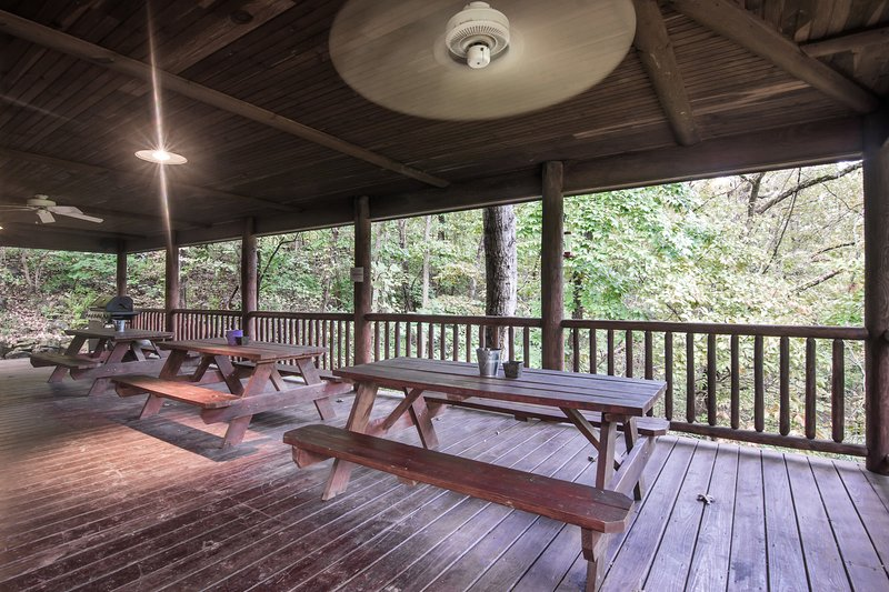 1100 square foot covered deck with three picnic tables. - Best Lakefront Lodge in Branson-WiFi, Fishing... - Branson - rentals