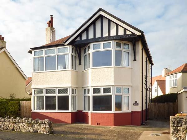 MEADWAY HOUSE, detached, woodburner, en-suites, games room, WiFi, enclosed patio, Rhos-on-Sea, Ref. 917397 - Image 1 - Rhos-on-Sea - rentals