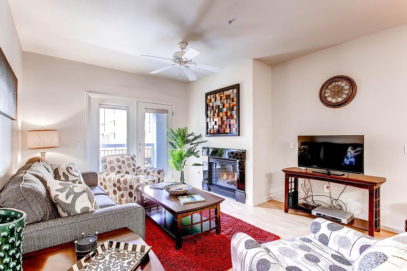 Stay Alfred Denver Vacation Rental Living Room - Breathtaking Little Raven Street Apartment by Stay Alfred - Denver - rentals