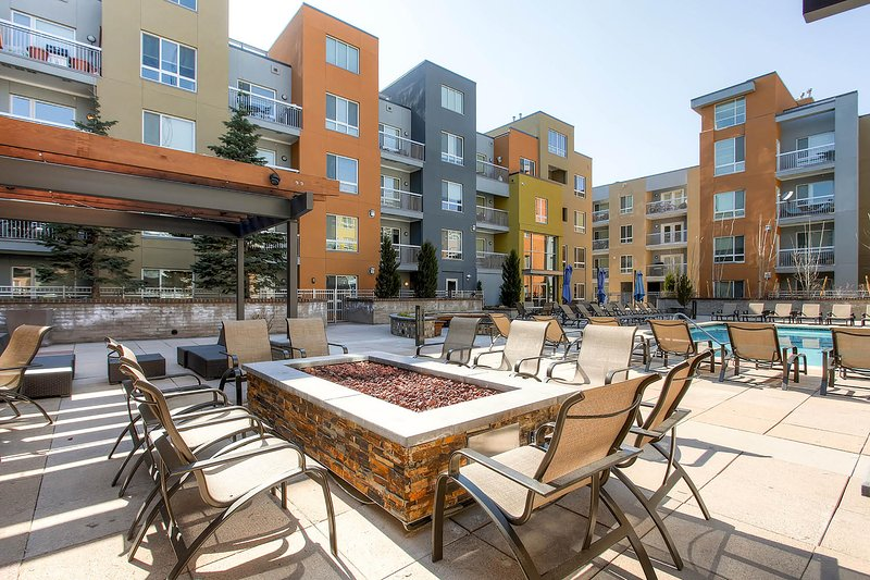 Stay Alfred Denver Vacation Rental Community Patio - Beautiful Little Raven Street Apartment by Stay Alfred - Denver - rentals