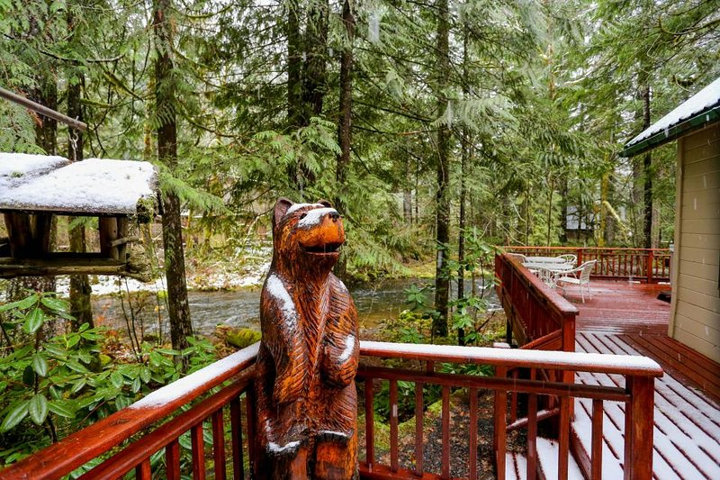 Historic dog-friendly waterfront cabin w/hot tub & Salmon River access - Image 1 - Welches - rentals