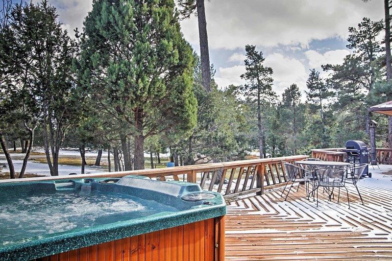 3BR cabin w/large deck, outdoor dining, hot tub - 'Deer Country Cabin' - 3BR Alto Cabin w/Hot Tub & WiFi - Near Ski Area & Ruidoso - Alto - rentals