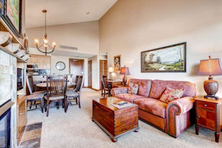 Living room offers comfortable and plush furniture, gas fireplace, vaulted ceilings and lots of natural light from the unit's oversized windows. - Sundial 2 Bedroom Suite Powder Peak - Park City - rentals