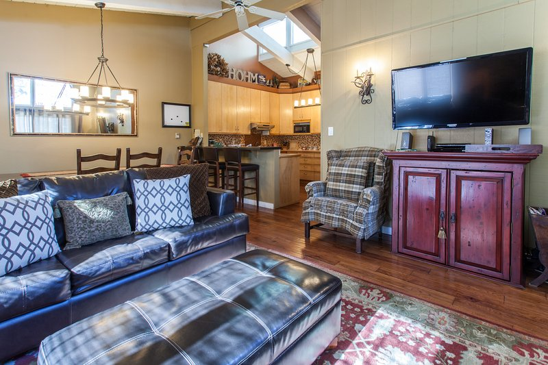 Great Room open to the dining area, bar and kitchen. Cozy fireplace, 50' TV, queen sleeper sofa - Chateau De Montagne # 26 - Mammoth Lakes - rentals