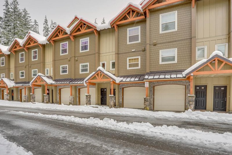 Bring along your dog to this condo with pool and hot tub access! - Image 1 - Government Camp - rentals
